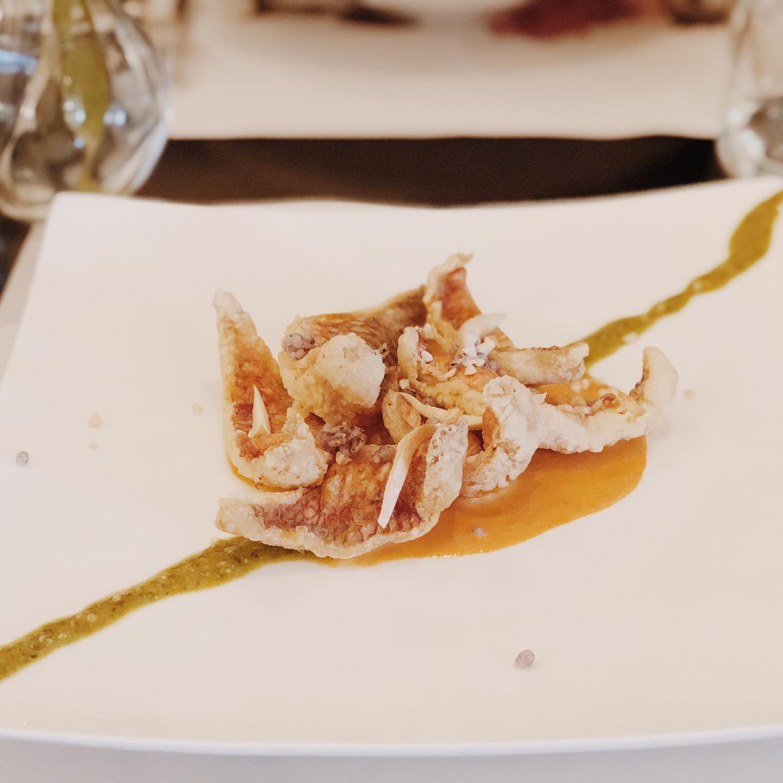 Triglia croccante con vellutata di pomodoro, buccia di bufala affumicata e caviale di riso venere